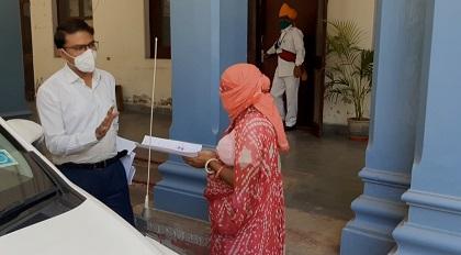 सिरोही नगर में मनरेगा के तहत रोजगार दिलाने महिलाओ ने ज्ञापन दिया जिला कलेक्टर को।