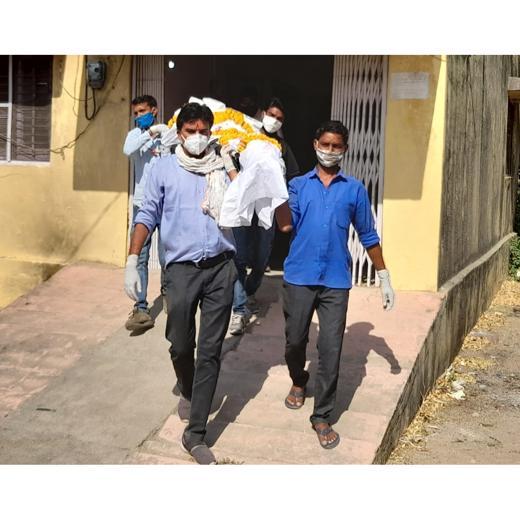समाजसेवी प्रकाश प्रजापाति ने किया लावारिस लाश का अंतिम संस्कार